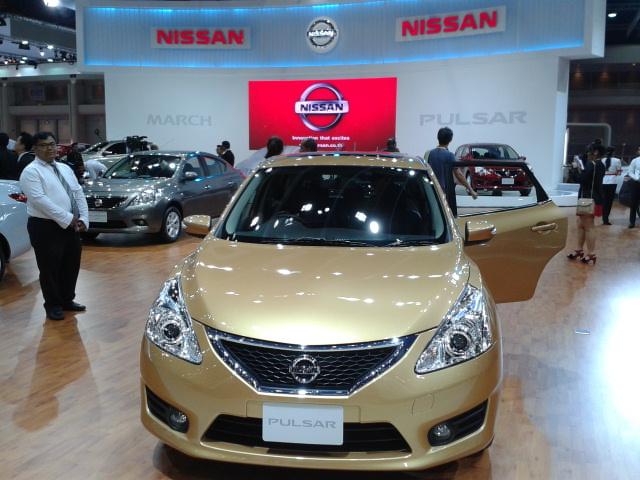 เพิ่งจะเห็น งาน Motor Expo 2013 มี Nissan Pulsar สีทอง เมลโล โกลด์ ไปโชว์ด้วย